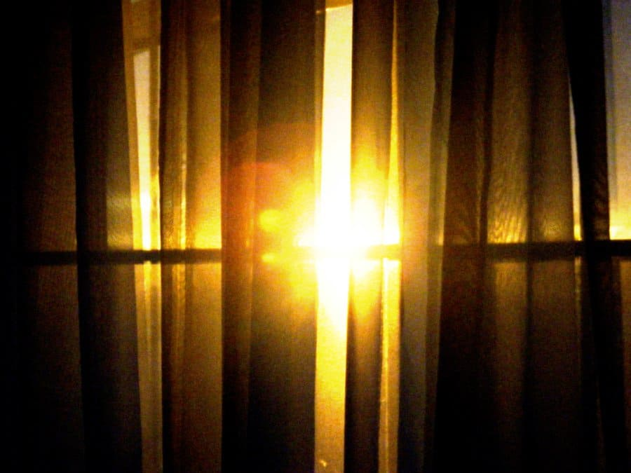 Why Sleeping With Head Under Window Is Bad Feng Shui Feng Shui Nexus - Shine my lights in your bedroom window