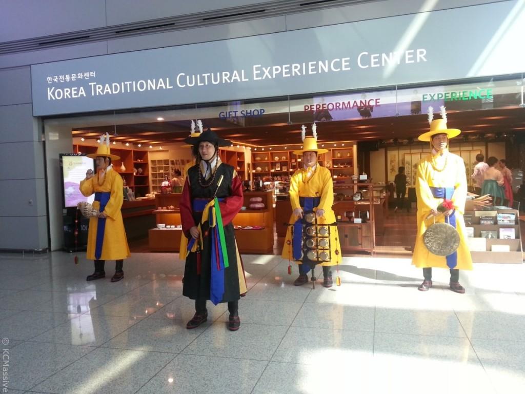 incheon-airport-korea-culture-dressed-performance-min