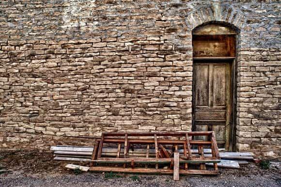 blocked-wooden-back-door-feng-shui-min (Demo)