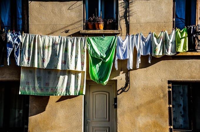 laundry-hanging-front-door-feng-shui-min (Demo)
