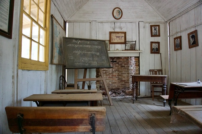 old small dusty classroom feng shui-min (Demo)